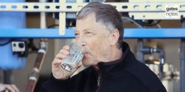 Bill Gates teste une machine qui transforme des excréments en eau potable