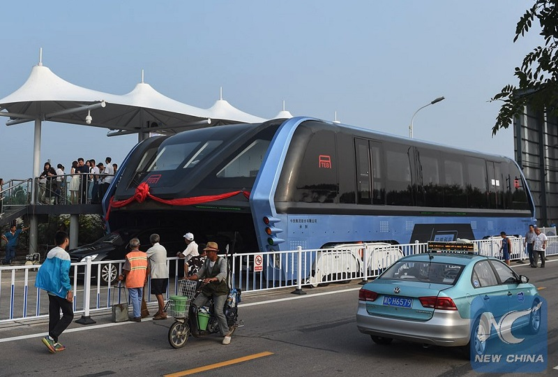 Bus qui passe au dessus des voitures en chine, Transit Elevated Bus